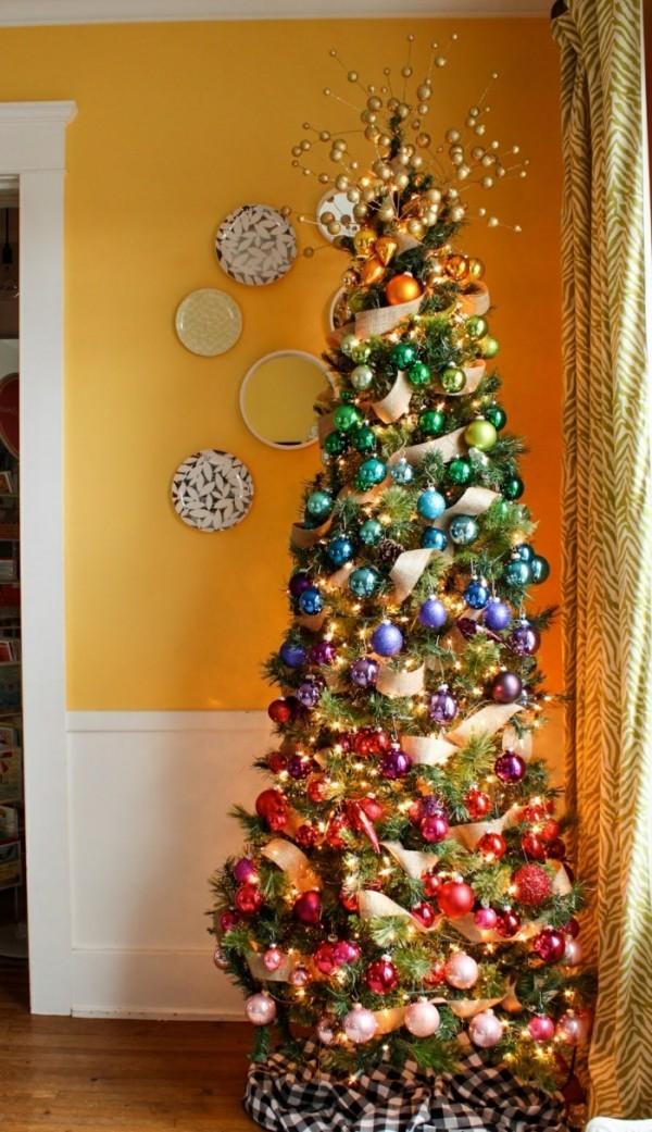 Dekoration und Farbgestaltung von Weihnachtsbaum