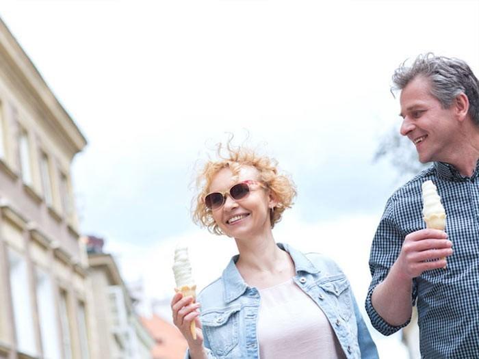 Frau ab 40 Eis essen
