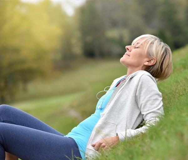 Frau ab 50 purer Relax Natur