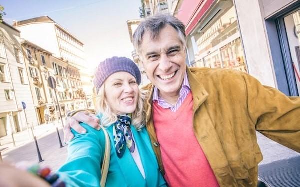 Frau ab 50 reisen mit Partner