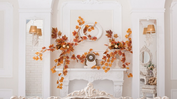 Kaminsims dekorieren Herbstblätter auffällig