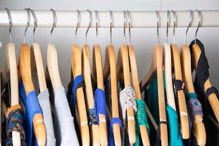 Kleider an Kleiderbügeln