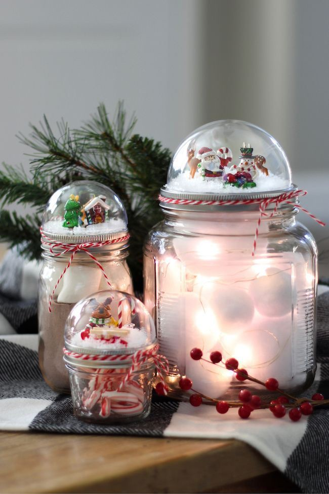 Pyramide aus Einmachgläsern bauen mit Weihnachtsschmuck gefüllt