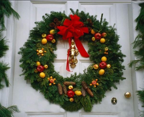 Weihnachtskraenze-Tannenzweige-Schmuck
