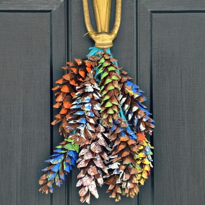 basteln mit tannenzapfen farbige tanenzapfen aufhängen eingang
