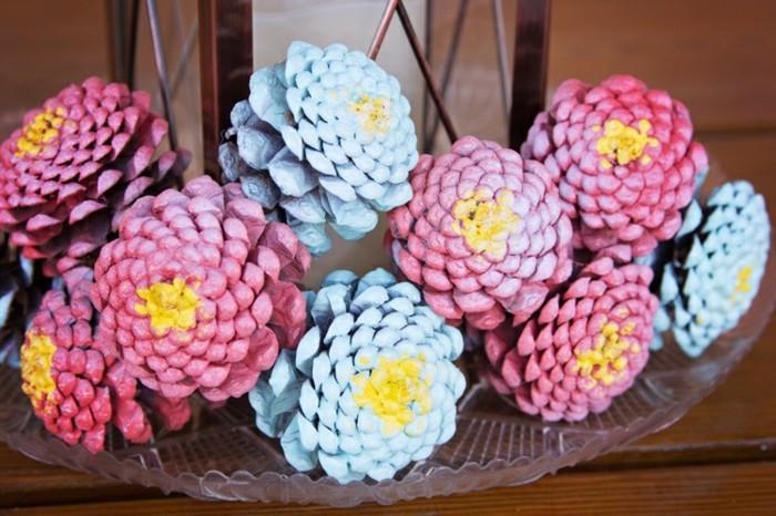basteln mit tannenzapfen zapfen blau rosa färben
