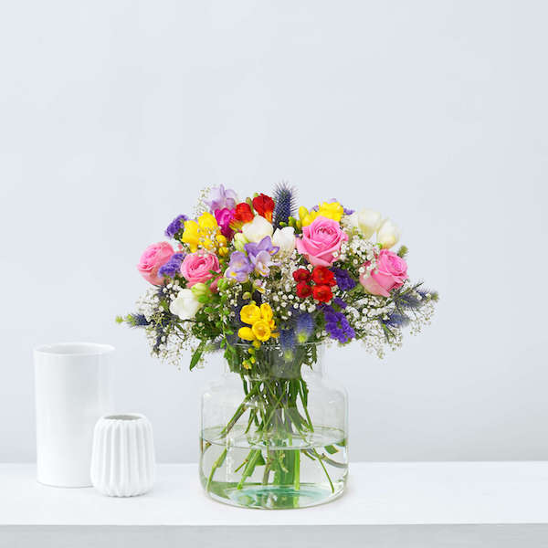 bunter blumengesteck dursichtige vase