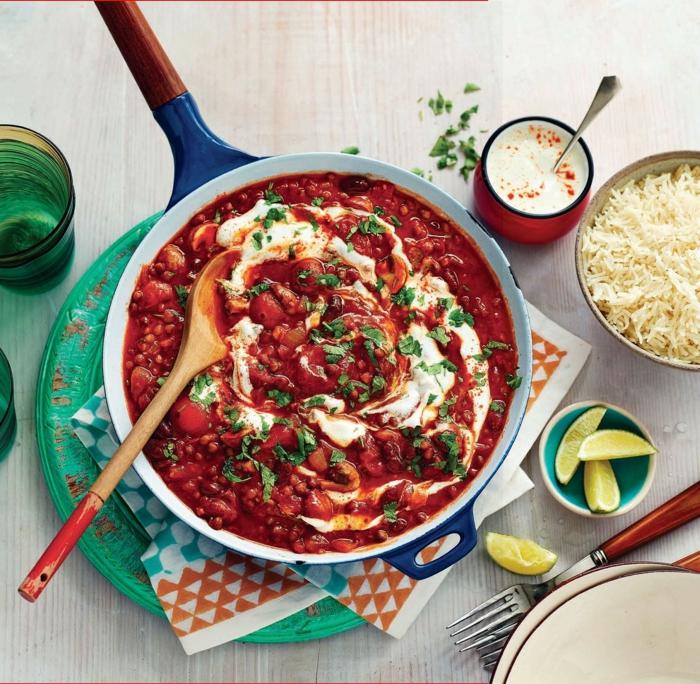 chili sin carne reis zitrone joghurtsoße tomaten linsen