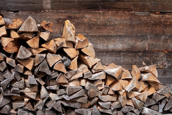 das Brennholz draußen trocknen lassen