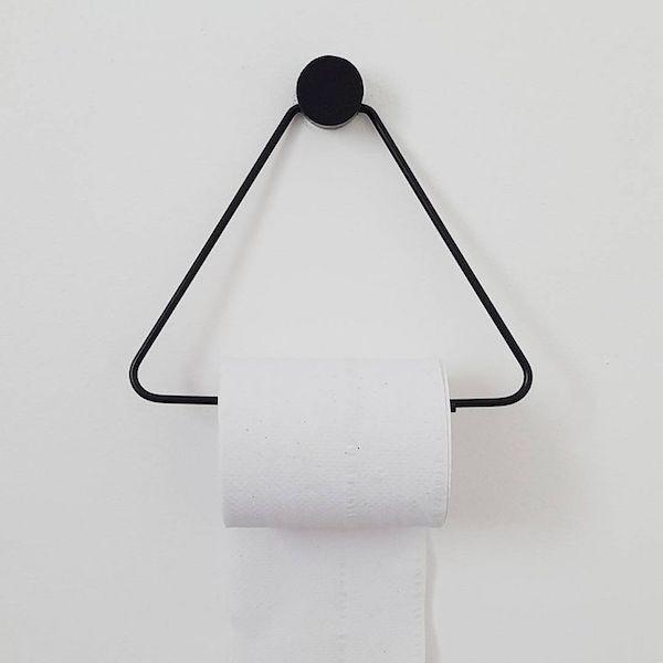ein dreieck aus metall pepierrollenhalter