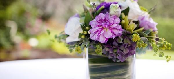 einfache blumengestecke selber machen lila blumen