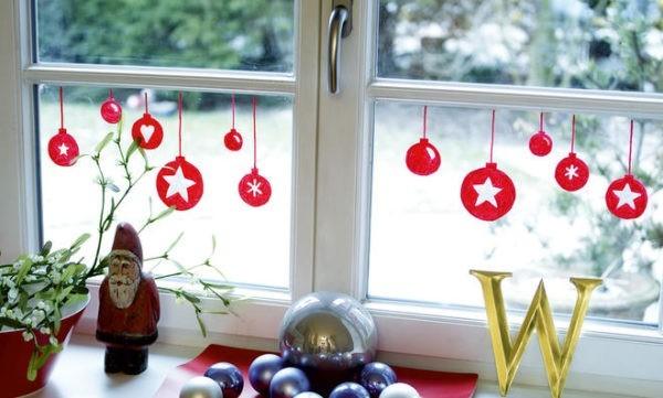 fensterdeko im advent bemalte rote kugel