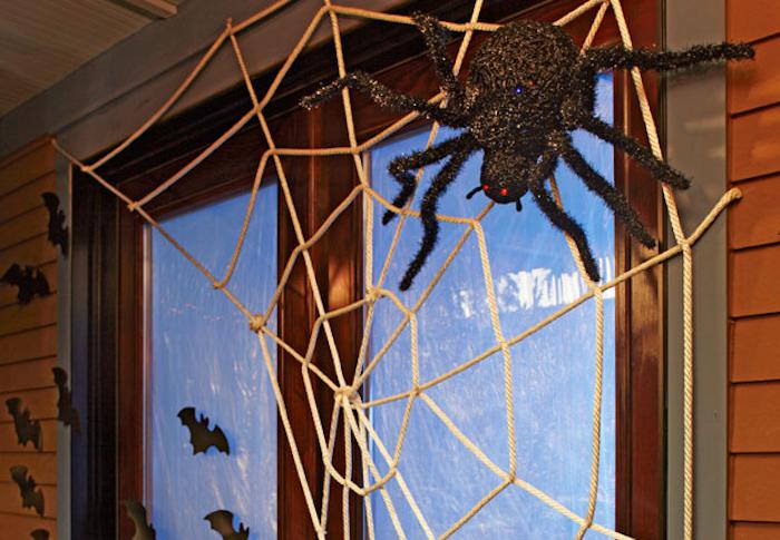 fensterdeko mit spinnen und spinnweben selber machen