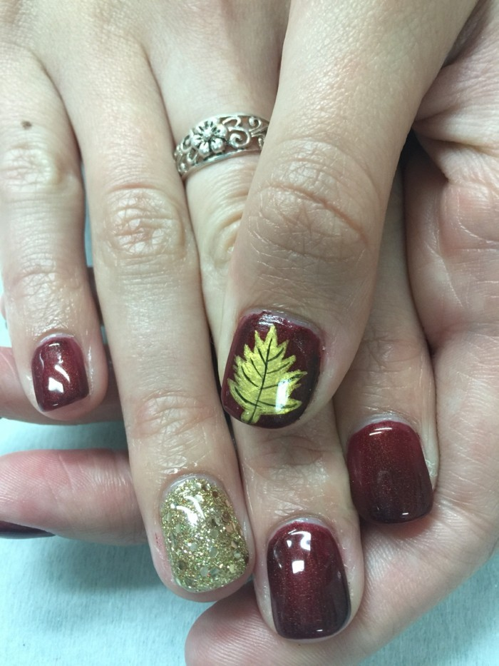 fingernägel design herbstblätter rotnuancen