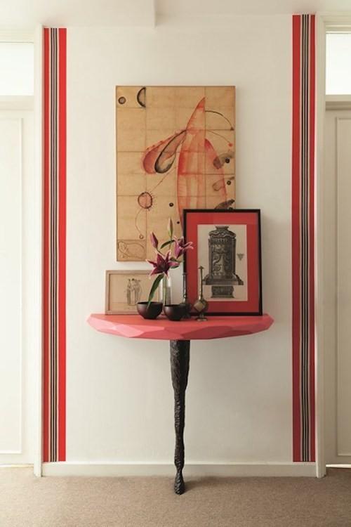 flur deko ideen rote akzente und neutrale wandfarbe