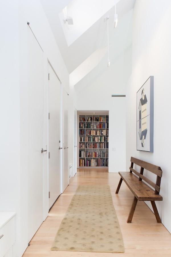 flurgestaltung modern helle wände bibliothek sitzbank