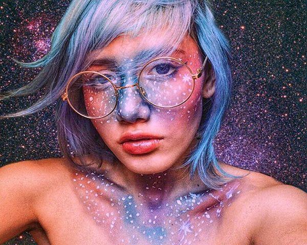 galaxy make up trend junge frau mit brille