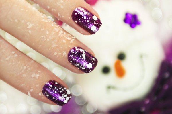 glänzende lila nägel mit weißen sternchen
