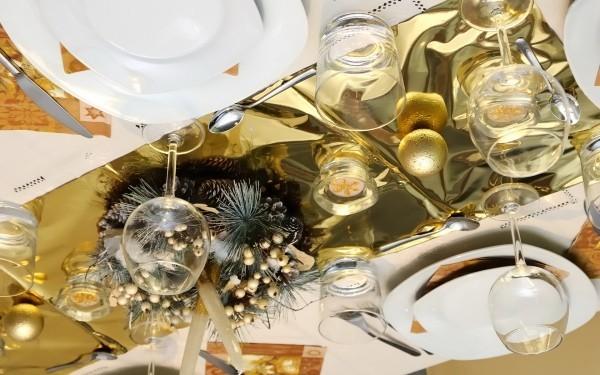 goldene-weihnachtstischdeko-mit-alufolie-tannengruen
