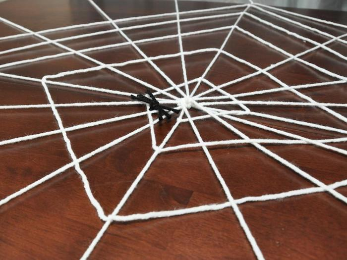 grosse spinnwebe selber machen als halloween deko