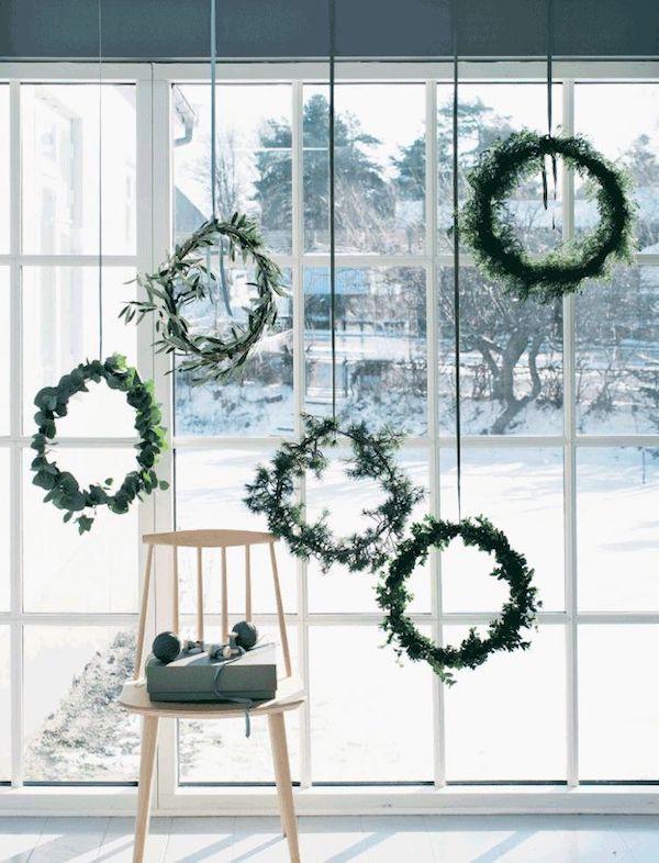 hängende weihnachtskerze grün auf neutralen bändern