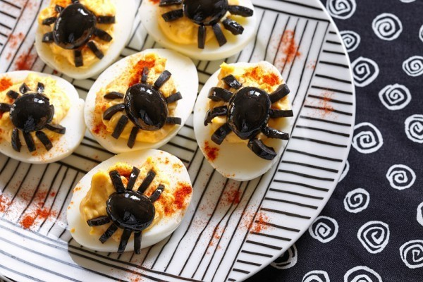 halloween fingerfood ideen mit oliven und eiern kleine spinnen selber machen
