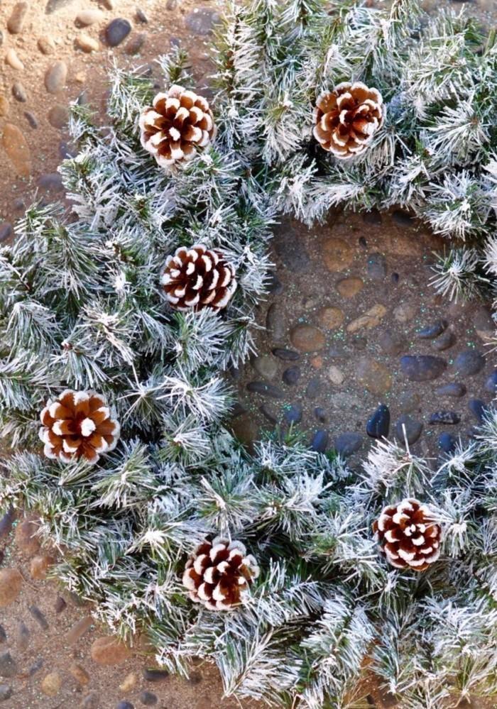 herbstdeko winterdeko basteln mit tannenzapfen kamin weihnachtsdeko kranz
