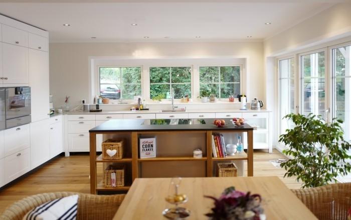 holzboden weiße wände offene küche