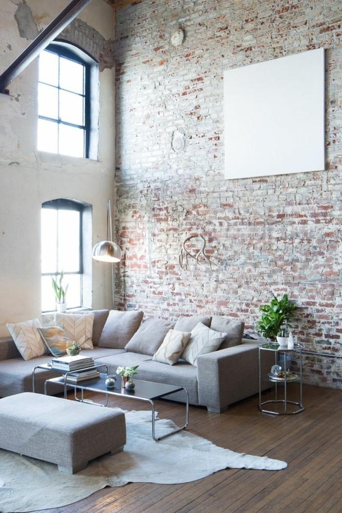 industrielampe im wohnzimmer ziegelwand und fellteppich