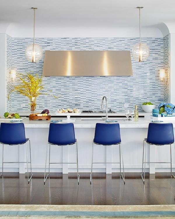 kuechenrueckwand ideen mosaikfliesen blaue barhocker