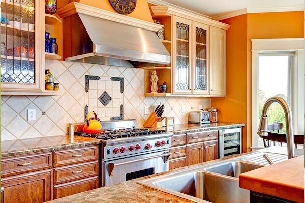 kuechenrueckwand warme kueche orange wandfarbe