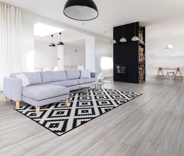 modern eingerichtetes Wohnzimmer eingebaute Lagerung Brennholz
