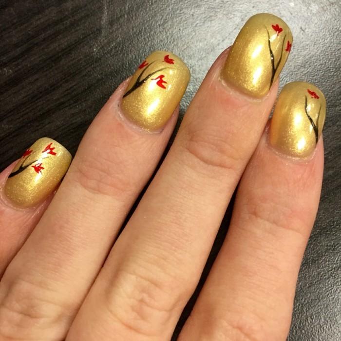 nageldesign ideen herbst goldener nagellack florale elemente