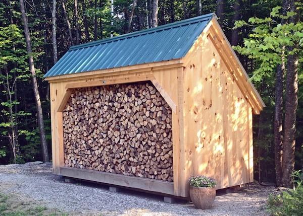 praktische Ideen Brennholz lagern draußen