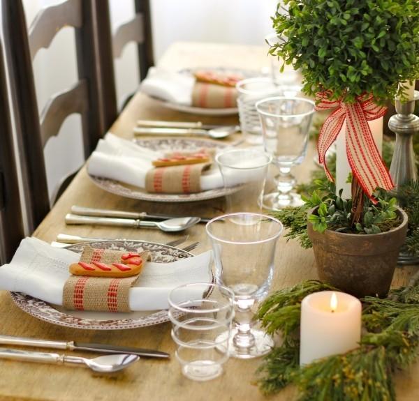 puristische-weihnahtstischdeko-mit-buchsbaum-plaetzche