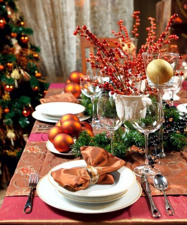 rot-orange-weihnachtstischdeko-mit-christbaumkugeln-beeren