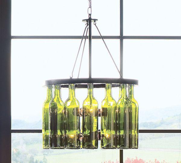 runder kronleuchter aus grünen glasflaschen