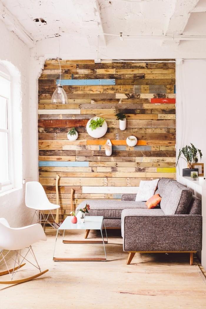 rustikale holzwaende moderner wohnbereich mit cooler akzentwand