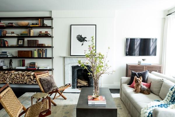 schönes Wohnzimmer Kamin Brennholz daneben