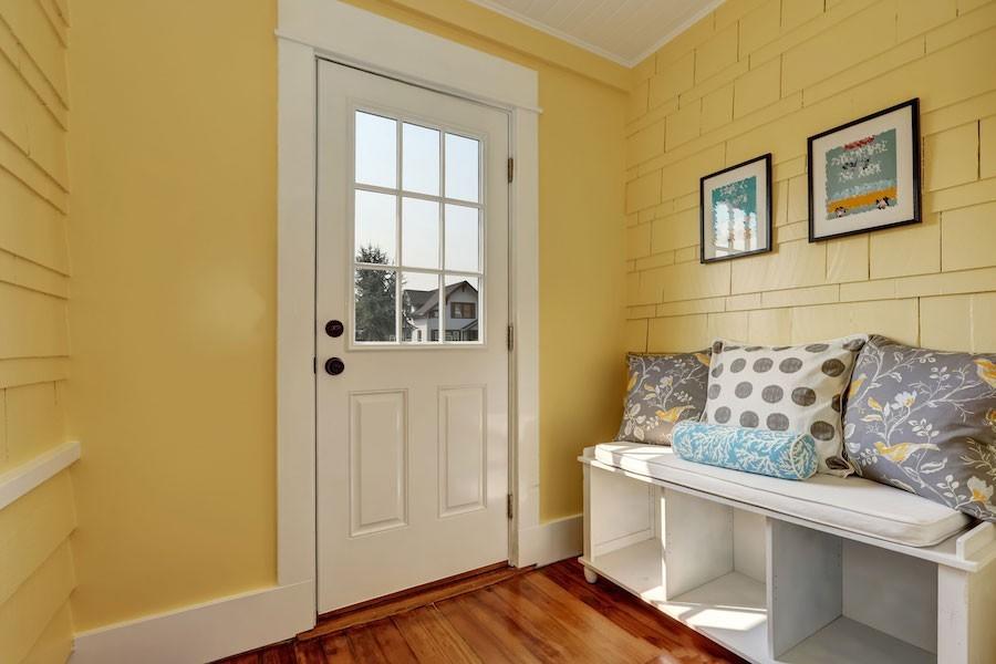 Flurgestaltung Modern Gelbe Wandfarbe Weiße Eingangstür