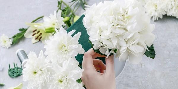 strahlend weiße tischdeko mit blumen