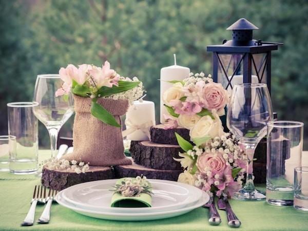 tischdeko für hochzeit mit rosen und schleierkraut