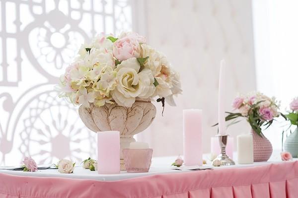 tischdekoration hochzeit rosen hortensien rosa stumpenkerzen