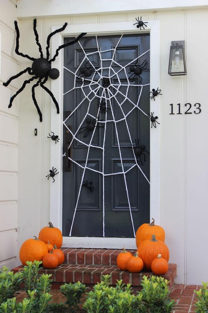tuerdeko zu halloween mit spinnweben