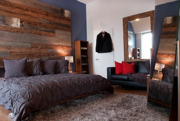 wandverkleidung holz akzentwand weiße wände weicher teppich großer spiegel