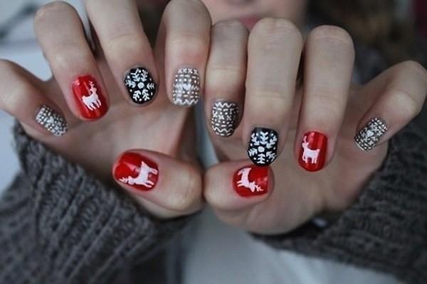 weihnachtlche muster auf roten und schwarzen nägeln