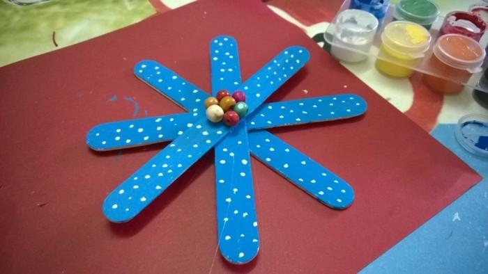 weihnachtsbasteln mit kindern grundformen blau gepunktet