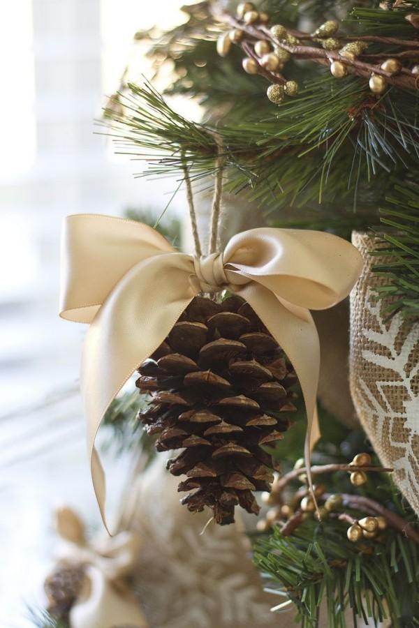 weihnachtsbaumschmuck-basteln-tannenzapfen-mit-band