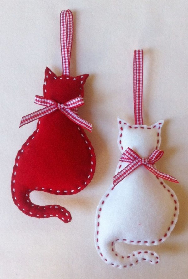 weihnachtsbaumschmuck-selber-machen-katzen-filz-weiß-rot