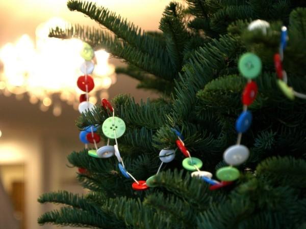 weihnachtsbaumschmuck-selber-machen-knoepfe-benutzen-girlande